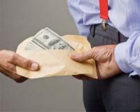 Чиновники и бизнесмены возглавляют рейтинг взяточников