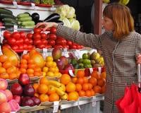 Минтруд запретил иностранцам работать на рынках и в аптеках